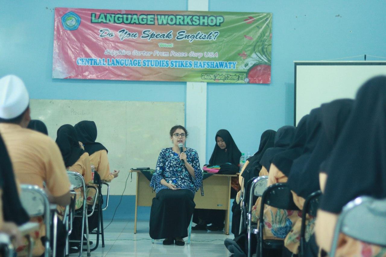 Mahasiswa STIKes Hafshawaty Belajar Bahasa Inggris Bersama Volunteer Peace Corp Asal USA