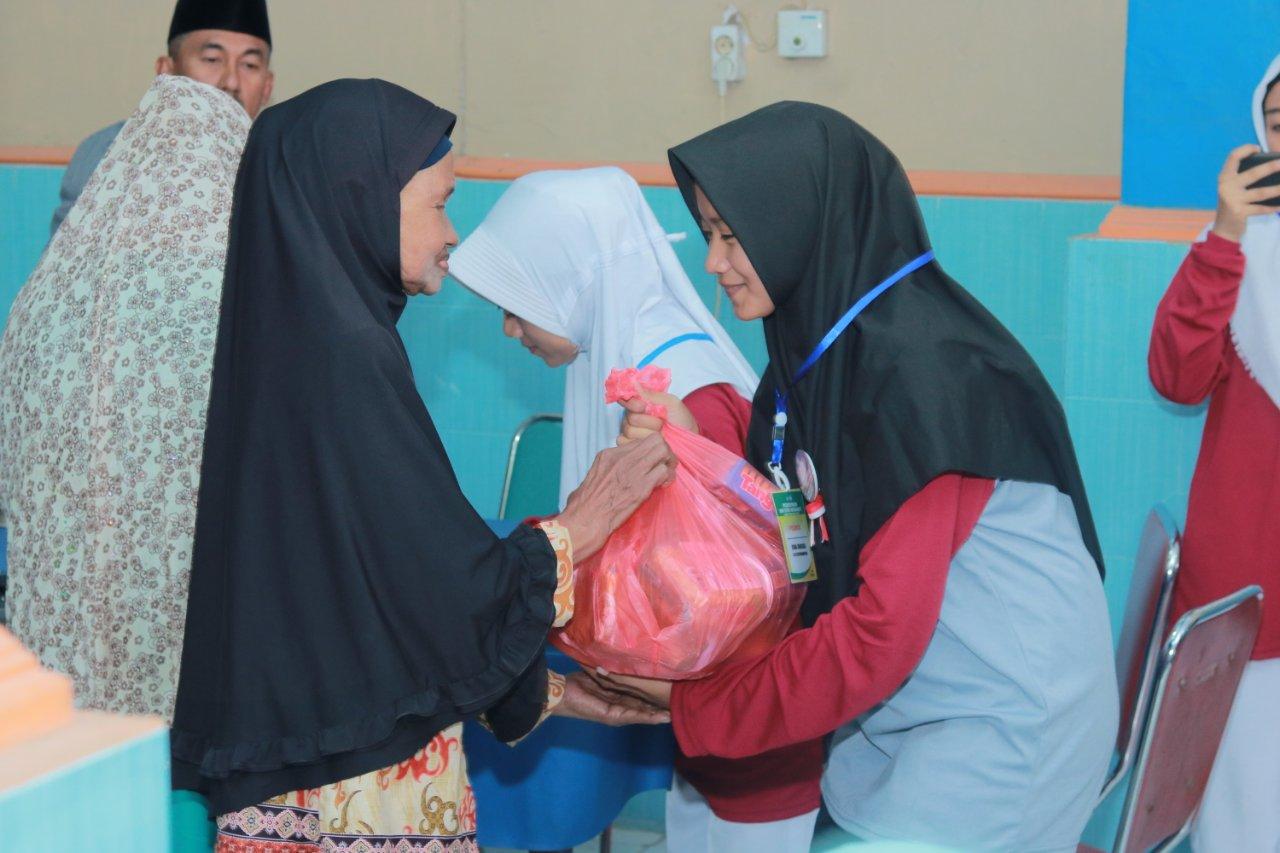 Peserta PK2MB Bagikan Sembako Gratis untuk Warga